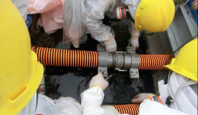 Trabajadores de Fukushima intentan controlar una fuga. | Efe