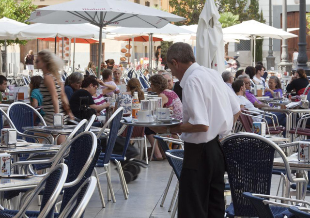 Camarero trabajando en una terraza   ElMundo