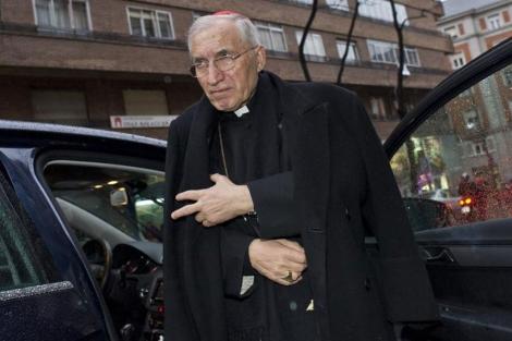 El cardenal Rouco Varela, bajándose de un vehículo para asistir a una misa. | Gonzalo Arroyo