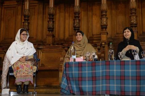 Malala Yousafzai con sus amigas , Kainat Riaz y Shazia Ramzan.  Reuters