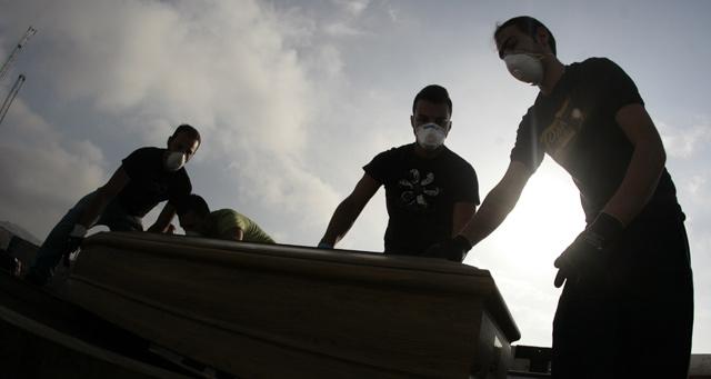 El 80% de los inmigrantes fallecidos en el naufragio ya ha sido enterrado. | Afp