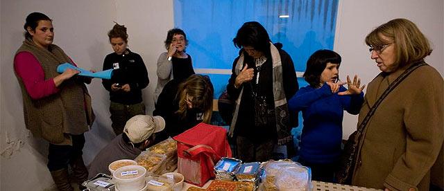 Comedor social para gente necesitada en el Barrio del Raval. | Santi Cogolludo