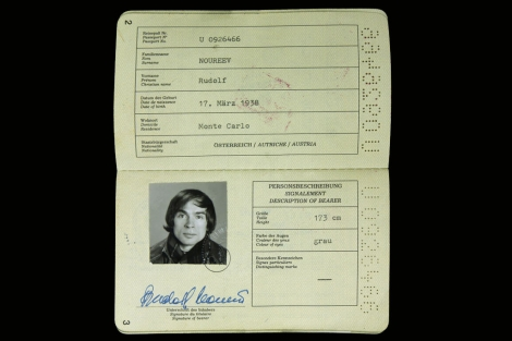 El pasaporte austriaco de Rudolf Nureyev.  Vea más imágenes.
