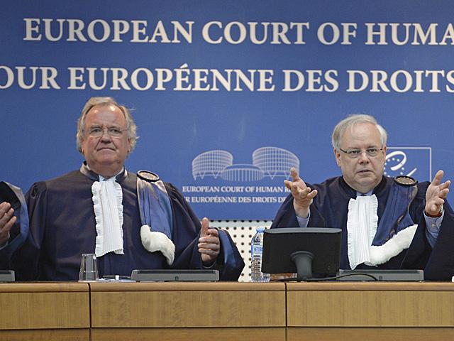 El presidente del tribunal de Estrasburgo, Dean Spillmann (dcha.), y el subsecretario, Michael O'Boyle. | Efe
