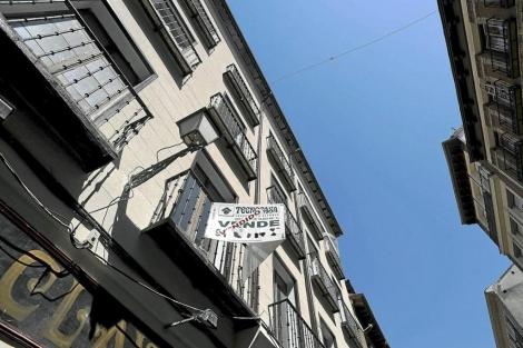 Cartel de un piso 'Vendido' en Madrid. | Bernardo Díaz