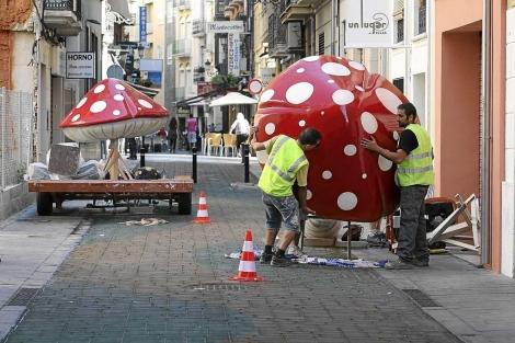 Instalación, este lunes, de las setas en la calle San Francisco. | P.Rubio