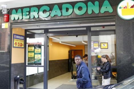 Un inmigrante en la puerta de un centro de Mercadona de Madrid. | Sergio González.