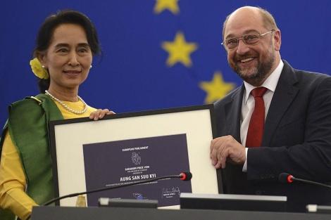 Aung San Suu Kyi recibe el Premio Sajarov de manos de Martin Schulz. | Efe