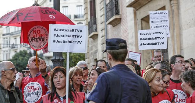 Trabajadores afectados por el ERE de Radiotelevisión Valenciana protestan a las puertas del TSJ.   Efe