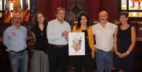 El jurado sostiene el cartel ganador que promocionará la Cabalgata de los Reyes Magos 2014.