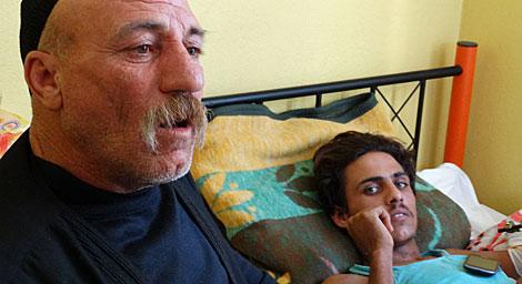 Un padre junto a su hijo sirio herido. | V. R.