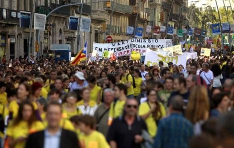 Miles de personas han salido a las calles de Barcelona. | Efe
