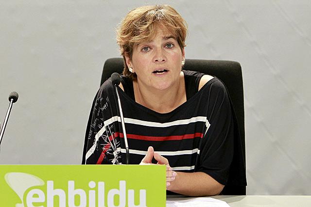 La parlamentaria de EH Bildu, Rebeka Ubera, durante la rueda de prensa en San Sebastián.