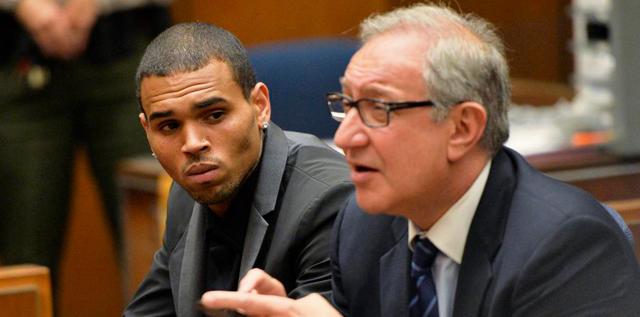 El cantante Chris Brown y su abogado Mark Geragos. | Reuters