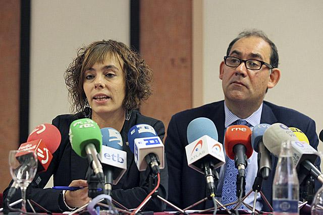 Los abogados Amia Izko (i) y Mark Muller (d), que han representado a la etarra Inés del Río.