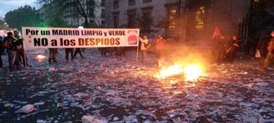 Quema de papeles en la protesta.| Santiago Saiz.