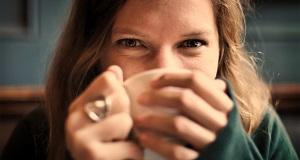 ¿Cuál es la relación entre tomar café y el dolor de cabeza?