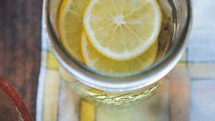 ¿Ayuda el agua con limón a adelgazar?