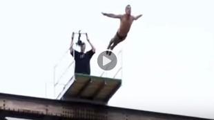 Inexplicable muerte al saltar de un puente