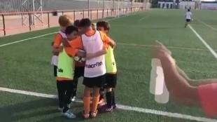 Un equipo de niños de Valencia parodia el botellazo a Neymar