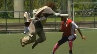 Rey del fútbol disfrazado de mendigo humilla a unos chavales