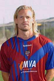 Mjallby posa con la camiseta del Levante. (Foto: LEVANTE)