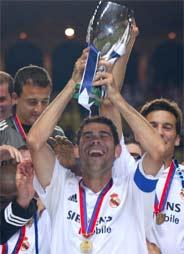 Hierro levanta un trofeo de Liga. (Foto: EFE)