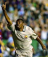 Eto'o celebra el tanto que le dio la Liga al Barcelona. (Foto: AP)