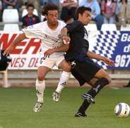 Peña lucha el balón con Prieto. (Foto: EFE)