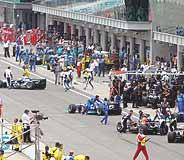 Varios coches entran en 'boxes' después de la vuelta de formación. (Foto: REUTERS)