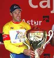 García Quesada posa con el trofeo de la Vuelta a Asturias. (Foto: EFE)
