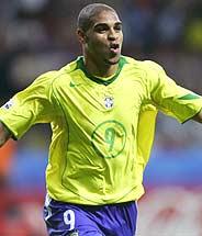 Adriano celebra uno de sus dos goles. (Foto: EFE)