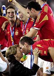 La selección de fútbol recibe la medalla de oro. (Foto: EFE)