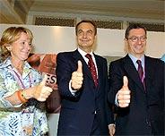 Zapatero, flanqueado por Esperanza Aguirre y Ruiz-Gallardón, tras la rueda de prensa. (Foto: EFE)