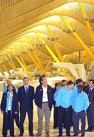 Gallardón muestra a los miembros de la Comisión de Evaluación del CIO las instalaciones de la nueva terminal del aeropuerto de Barajas. (Foto: EFE)