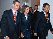 Zapatero, Gallardón y la Reina Sofía, tras la eliminación de Madrid. (Foto: EFE)