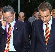 Gallardón (izda.) y Zapatero caminan tras conocer la eliminación de Madrid. (Foto: EFE)