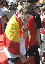 Un joven se lamenta de la eliminación de Madrid en la Plaza Mayor de la capital. (Foto: AP)