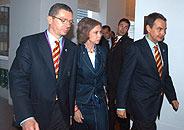 Gallardón (i), la Reina (c) y Zapatero, cabizbajos tras conocer el descarte de Madrid. (Foto: REUTERS)