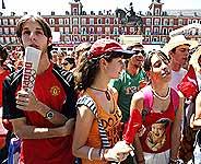 La gente congregada en la Plaza Mayor estaba decepcionada. (Foto: REUTERS)
