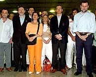 Los miembros de la delegación guardan un minuto de silencio en Barajas. (Foto: EFE)