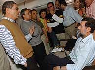 Reunión de urgencia en el 'bussines club' del avión de Iberia. (Foto: EFE)