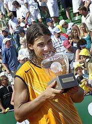 Rafa Nadal celebra su título en tierras suecas. (Foto: EFE)