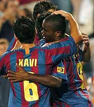 Xavi felicita a Eto'o tras el gol del Barcelona. (Foto: EFE)
