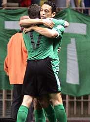 Oliveira festeja uno de sus dos tantos. (Foto: AP)