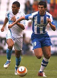 Luque (d), en uno de sus últimos partidos con el Depor, en la Intertoto. (Foto: EFE)