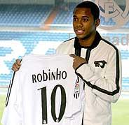 Robinho muestra la camiseta que lucirá en el Real Madrid. (Foto: EFE)