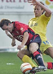 Corrales y Kromkanp luchan por un balón. (Foto: AP)