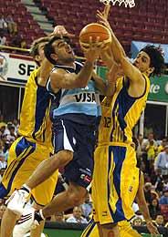 Paolo Quinteros intenta encestar ante la defensa de Giovannoni y Splitter. (Foto: EFE)