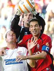 Ricardo atrapa el balón ante Kepa (i) y Josetxo (d). (Foto: EFE)